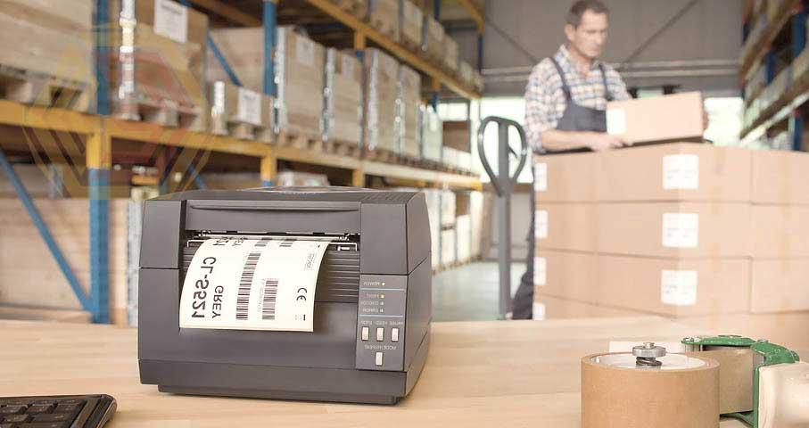 """Купить принтер этикеток и внедрить его в промышленную эксплуатацию - вещи совершенно разные. Одно дело когда речь идет о простом настольном принтере этикеток и совершенно другое, когда речь о промышленном принтере. В первом случае действительно, если есть опыт и умение подобрать и установить драйвера принтера, вы справитесь с задачей. Разве что вас не устроят форматы печатной формы этикетки, на которой печатается штрих код. В такой ситуации вам потребуется помощь программиста """"1С"""". Но совершенно другое дело внедрение в жксплуатацию серьезного промышленного принтера. Здесь не обойтись без детализированной проработки каждого цикла печати, калибровки под различные форматы, настройки печатающего механизма под свойства применяемой этикет ленты."""